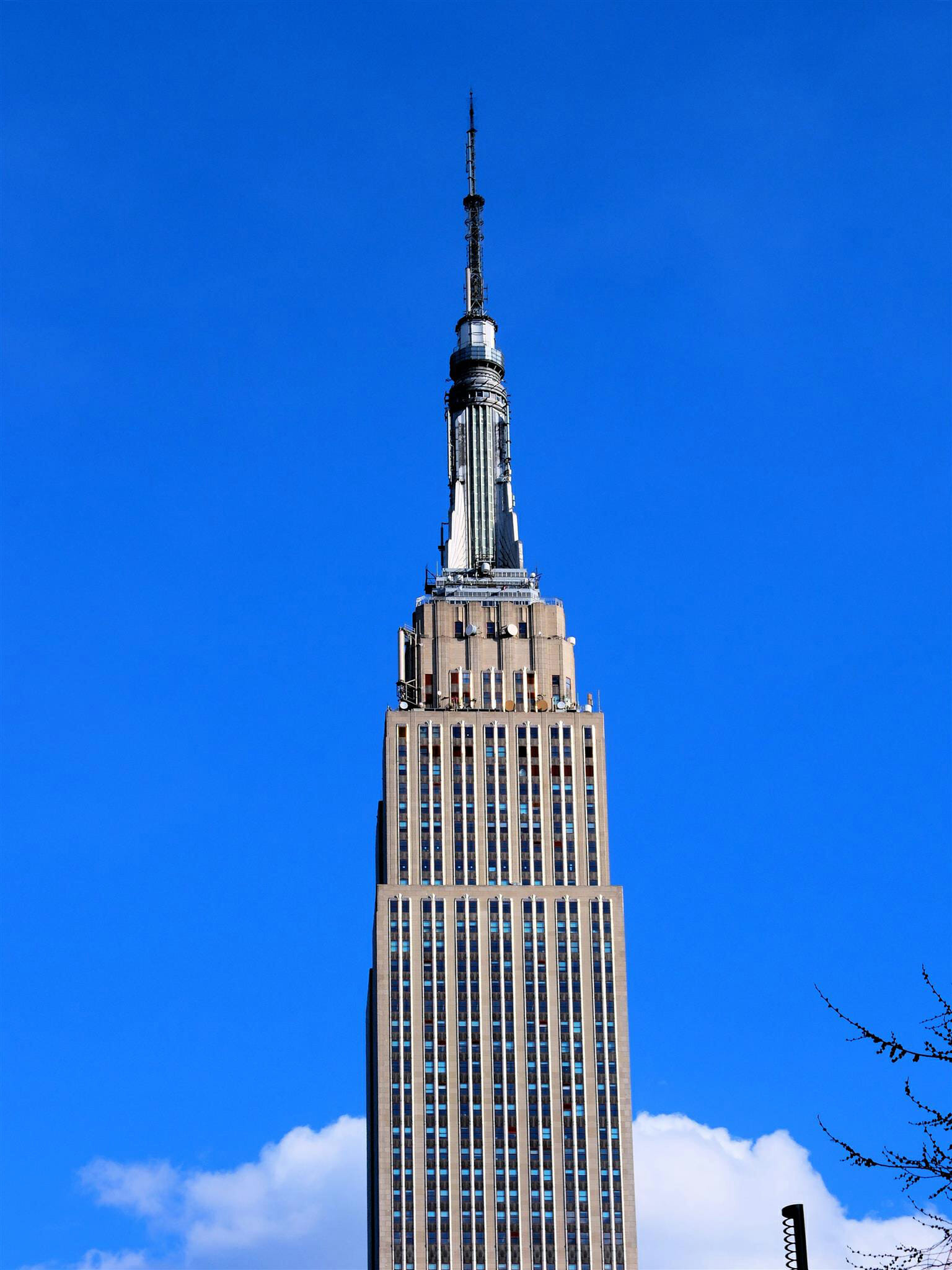 Empire State Building Blue Skies – High Quality Wallpaper