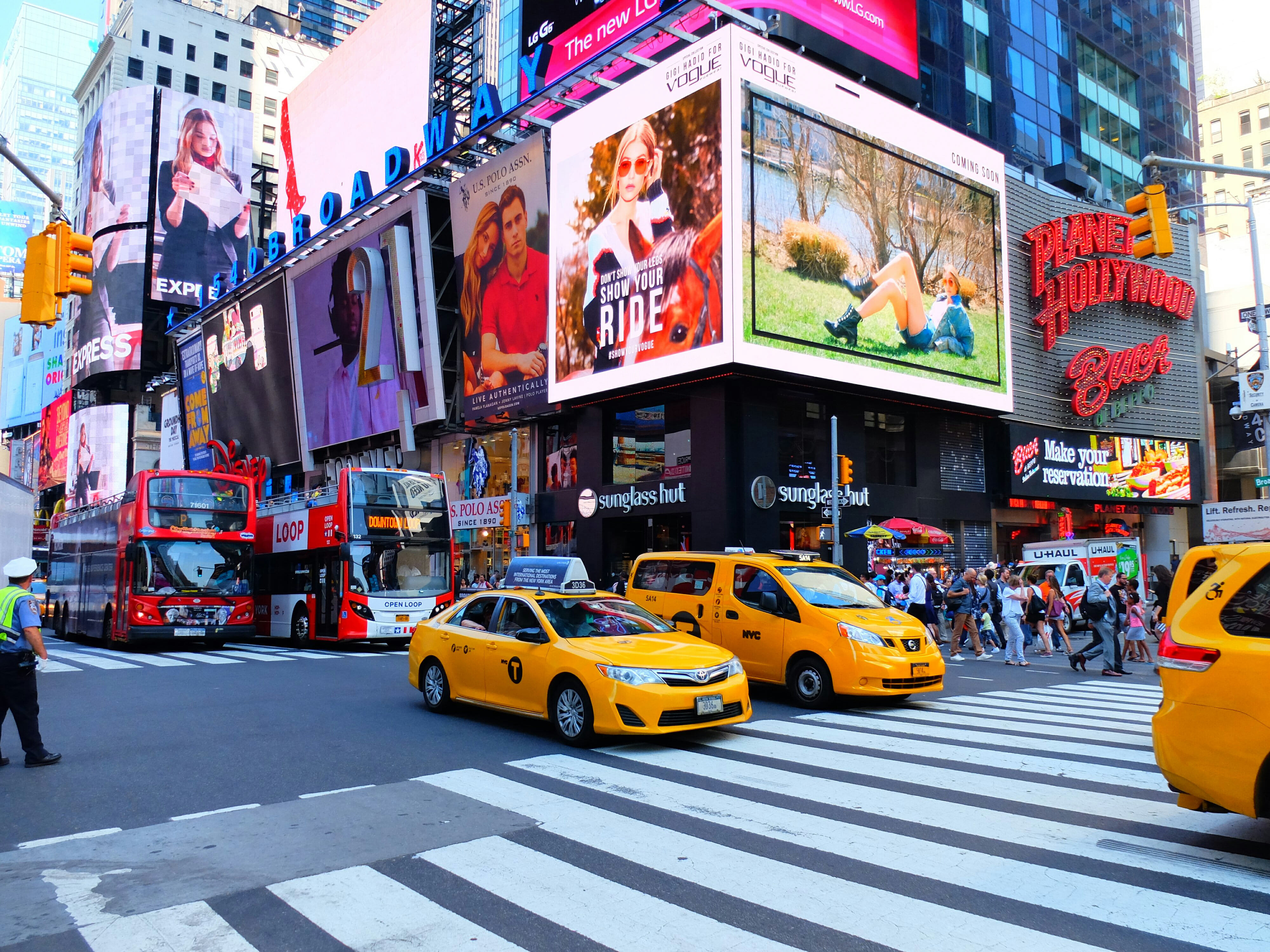 Taxis on Times Square – High Quality Wallpaper