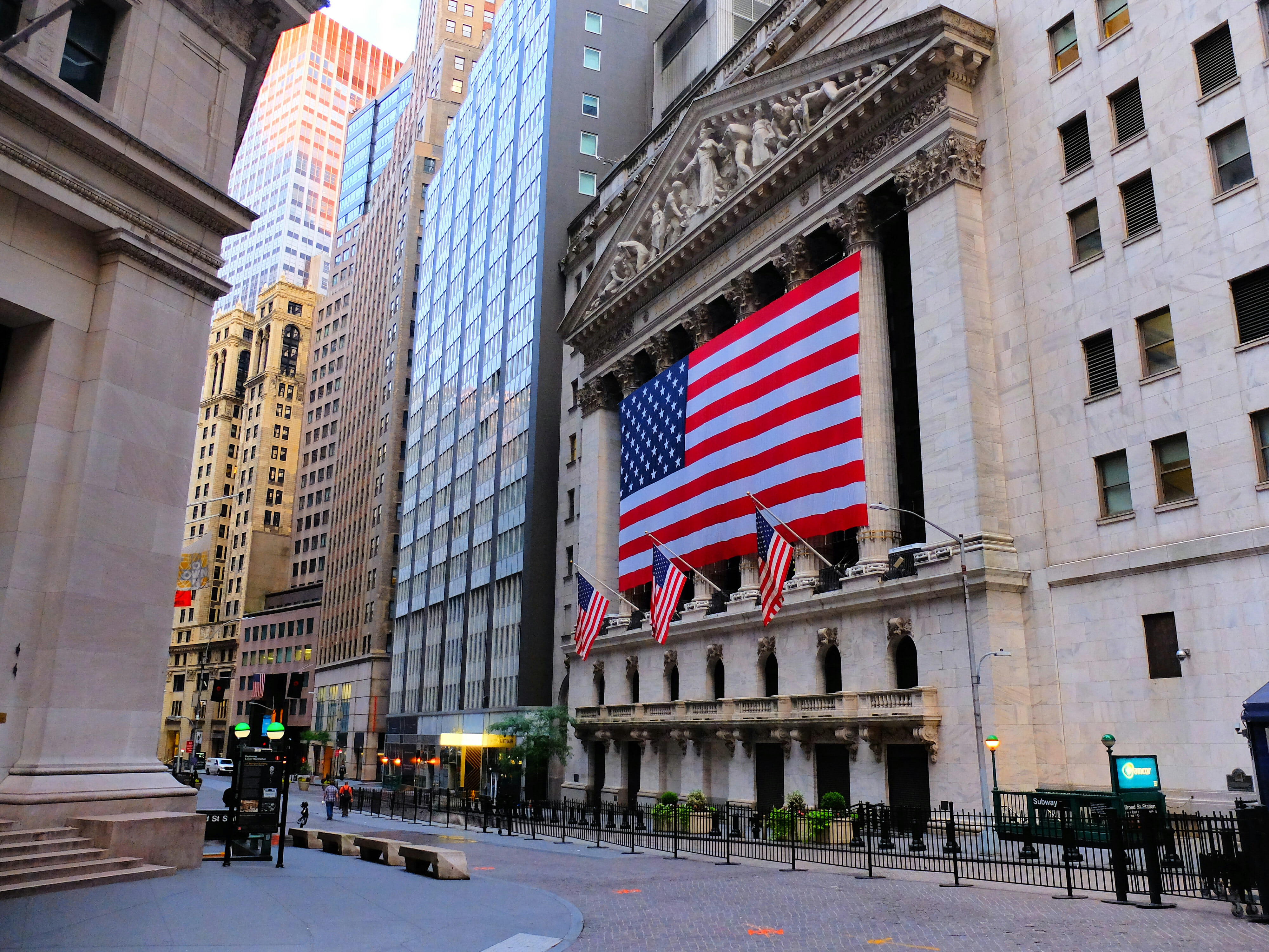 Wall Street Stock Exchange Flag in New York – High Quality Wallpaper